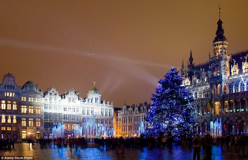 O Grand Place majestosamente acesa em Bruxelas é o lugar onde os viajantes vão descobrir árvore maior e mais impressionante da capital