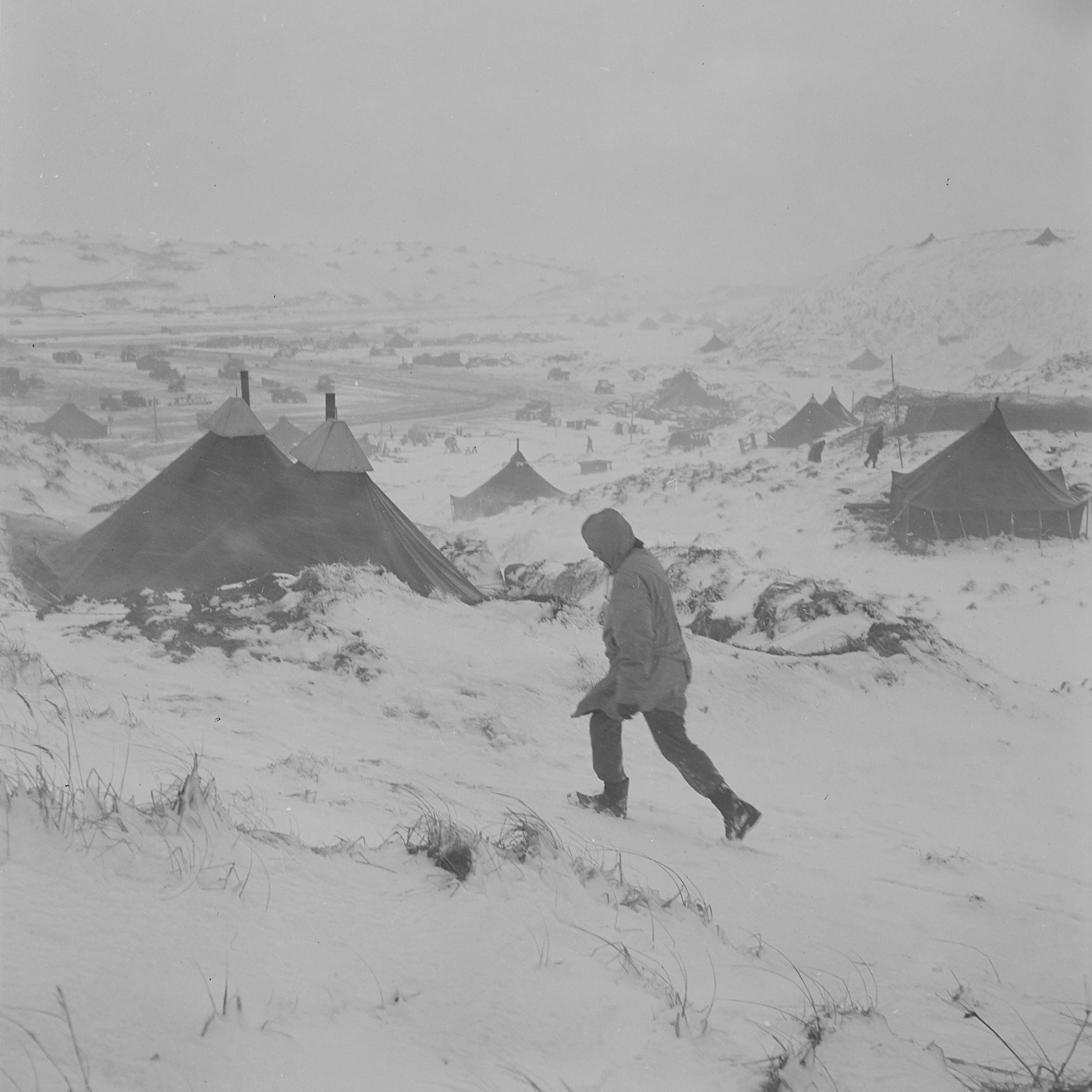 http://upload.wikimedia.org/wikipedia/commons/4/43/Aleutian_air_base_during_blizzard_-_NARA_-_520978.jpg