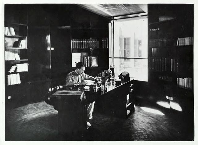 Hue 1923-33 Sa Majesté l'Empereur Bao Dai dans son cabinet de travail
