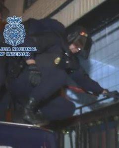 Agentes de la Policía Nacional entran en un edificio para detener a un grupo de anarquistas. POLICÍA NACIONAL. EFE Madrid
