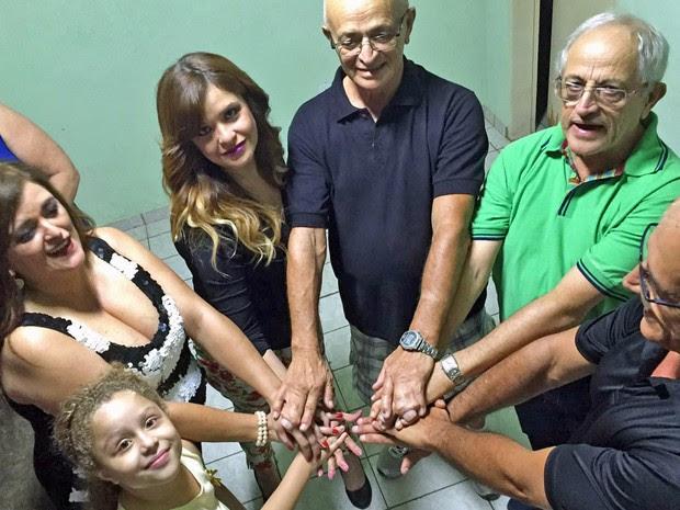 Integrantes de uma mesma família do Distrito Federal possuem 'dedos colados'. O mais velho tem 73 anos e o mais novo 2. (Foto: Cynthia Campos/Arquivo Pessoal)
