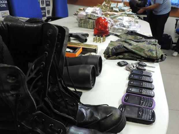 Outros objetos foram encontrados com os suspeitos (Foto: Katherine Coutinho/G1)