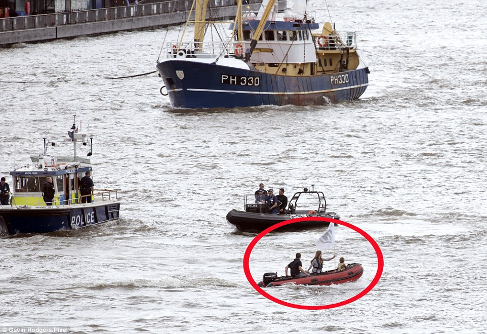 Cox y los hijos de la pareja conducía un barco por el Támesis ayer, oponiéndose 'flotilla' de Nigel Farage
