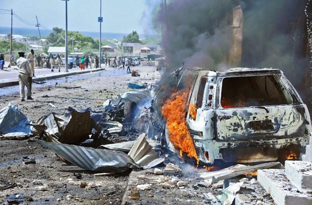 Carro queimado é visto após ataque contra comboio da ONU nas proximidades do aeroporto de Mogadíscio nesta quarta-feira (3) (Foto: Mohamed Abdiwahab/AFP)