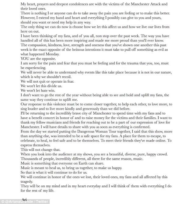 """""""Não vamos deixar o ódio vencer"""": depois de adiar a turnê e voar para a Flórida na sequência do ataque, Ariana escreveu um emotivo tributo aos envolvidos no Instagram (acima)"""