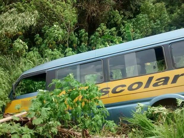 Passageiros que estavam na van escolar sofreram ferimentos leves (Foto: Portal Cambé/Divulgação)