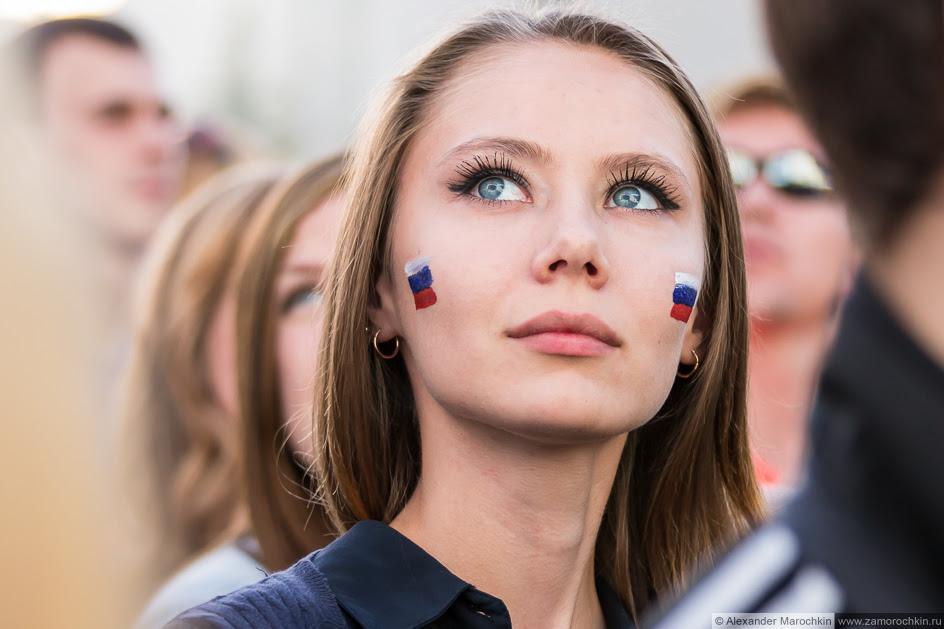 Девушка с российским триколором нарисованным на лице