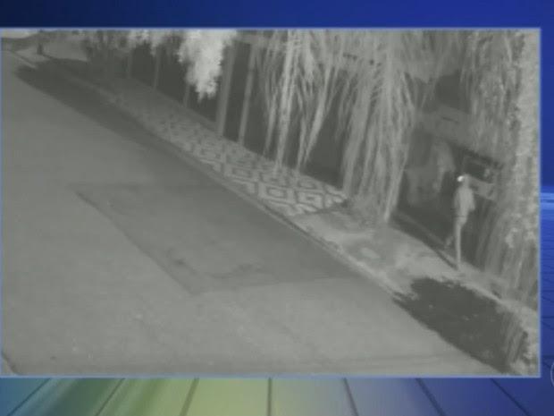 Dupla rendeu moradora após invadir garagem de casa (Foto: Reprodução/TV TEM)