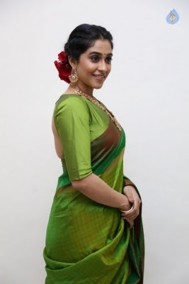 Regina Cassandra Photos - 24 of 37