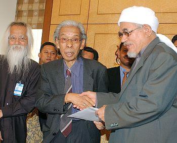 Sementara pada jam 10.00 pagi, Ketua Pembangkang Dato' Seri Anwar Ibrahim dan Presiden PAS Tuan Guru Dato' Seri Abdul Hadi Awang sekali lagi menerima memorandum mendesak dimansuhkan PPSMI.