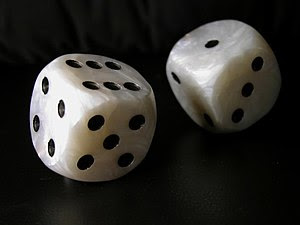 English: A pair of dice Español: Dados cúbicos.
