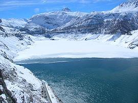 Le lac du Chevril sous la neige en hiver.