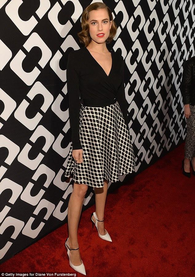As meninas serão meninas: Allison Williams encantado em uma saia de impressão queima combinado com um top envoltório sólido