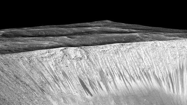 Las imágenes enviadas por la sonda MRO, que orbita el planeta desde hace una década, revelan la presencia de sales hidratadas en una serie de estrías; Tenemos pruebas convincentes que validan lo que sospechábamos, dijo John Grunsfeld, de la NASA