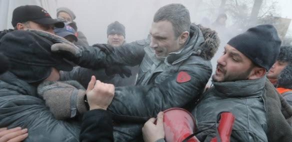 Foto tirada em 19 de Janeiro mostra, nos protestos, ao centro, um dos líderes da oposição ucraniana, o Campeão Mundial de Boxe Vitali Klitschko.