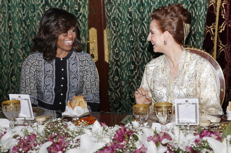 Michelle Obama (à esquerda) e suas filhas se entregou a um iftar tradicional marroquina com a esposa do rei Mohammed VI (à direita) na terça-feira