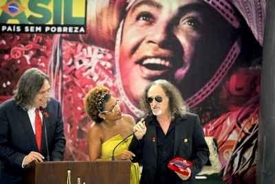 Alceu Valença no palco com José de Abreu e Elisa Lucinda
