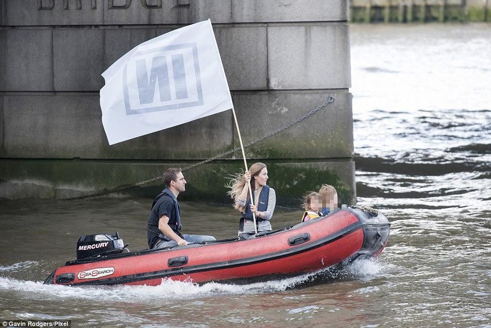 Brendan, la señora Cox y los niños vivían en una casa flotante en el río Támesis cuando estaba en Londres