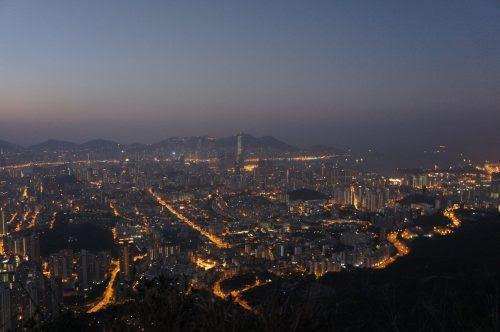 山頂から街を眺める