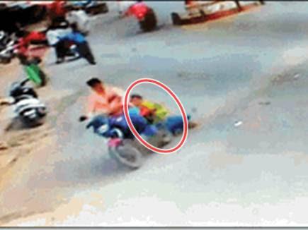 बाइक पर लटककर चोर से उसे छुड़ाने की कोशिश रही नाकाम