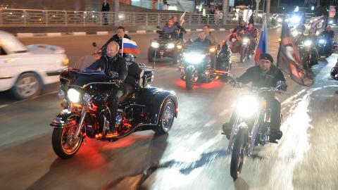 HAR KJØRT SYKKEL SAMMEN:  Her kjører Vladimir Putin motorsykkel sammen med «Nattulvene» i den russiske byen Novorossijsk i 2011. Til høyre kjører Alexander Zaldostanov. Foto: AP Photo/RIA Novosti/NTB Scanpix