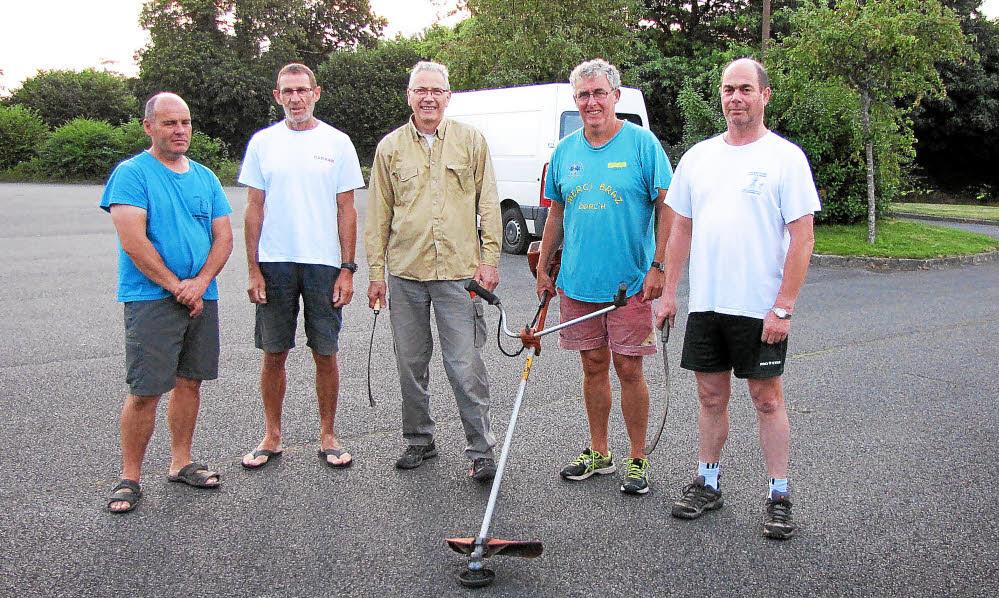 Une des équipes de bénévoles avant le départ, pour débroussailler et baliser les chemins qui seront empruntés pour la Rando de l'espoir dimanche 11 septembre.
