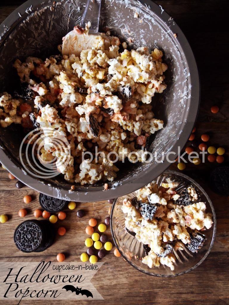 Halloween Popcorn via @cupcake_n_bake #halloween #reesespieces #oreos #snackage