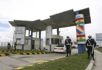 Soldados vigilando la entrada del aeropuerto de El Alto, uno de los expropiados por el gobierno de Evo Morales.