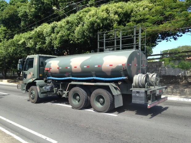 Após suspensão de alvarás, Exército utiliza carros próprio para fazer abastecimento no Sertão. (Foto: Michelle Farias/G1)