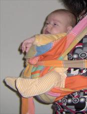 Μωράκι που μόλις στηρίζει το κεφάλι του στη θέση που κοιτάζει μπροστά