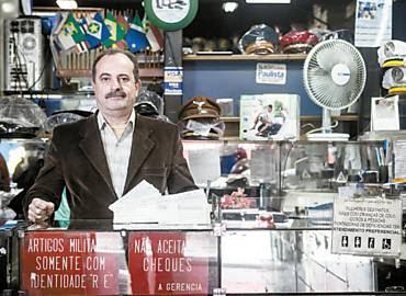 Aldo Macri, dono de uma loja de uniformes, só aceita pagamentos em cheque se o cliente for conhecido e tiver cadastro