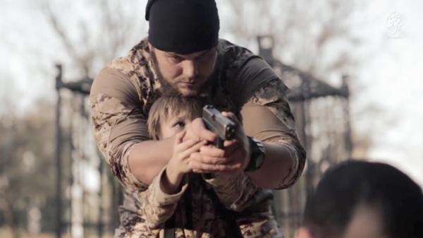 Así enseñan a los niños cómo matar a los prisioneros del Estado Islámico