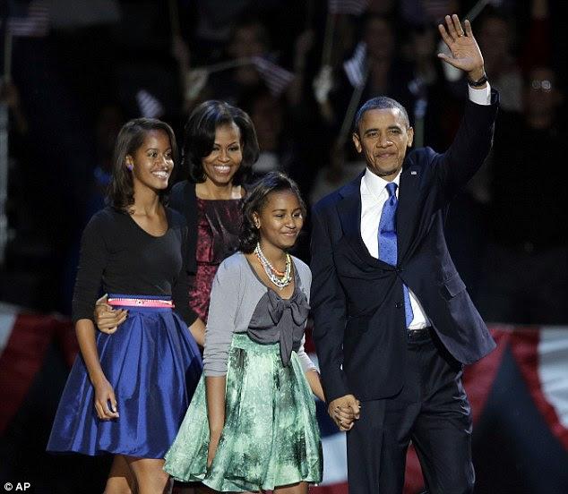 Vitória: Ondas presidente Obama enquanto ele caminha no palco com a primeira-dama Michelle Obama e as filhas Malia e Sasha em sua festa de noite eleitoral