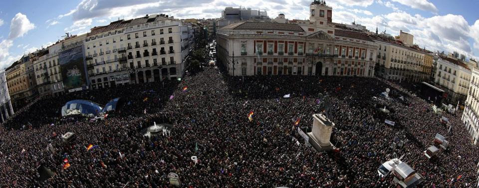 """Vista de la Puerta del Sol de Madrid. La manifestación convocada por Podemos para advertir al Gobierno de que """"empieza su cuenta atrás"""", ha comenzado este mediodía desde la madrileña Plaza de Cibeles, bajo el lema """"Es ahora"""", con una multitudinaria asist"""