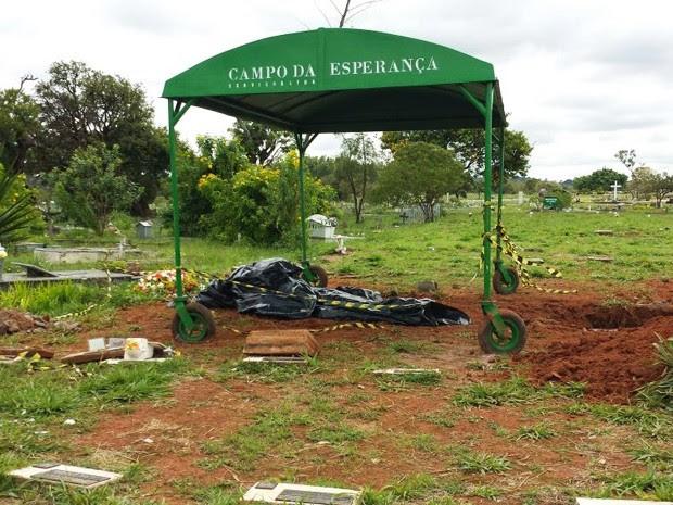 Cova localizada na quadra 8 do cemitério Campo da Esperança do Gama, no Distrito Federal (Foto: Isabella Formiga/G1)