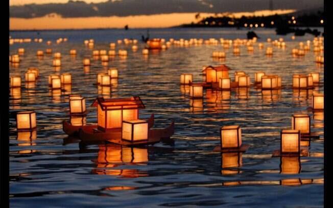 No Japão, o Dia de Finados acontece no dia 15 de agosto é marcado pelo Festival Obon.  De acordo com crenças budista, na data os espíritos dos antepassados retornam às suas casas. O fogo é o elemento que representa o caminho dos antepassados. O dia da despedida é marcado pelo ritual das lanternas flutuantes. Foto: Reprodução/ Twitter
