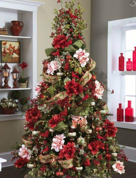 Dekorative Christbaumkugeln in roten Nuancen und Gold
