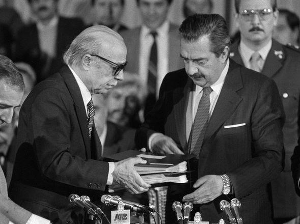 BUENOS AIRES, 1984. Le entrega al por entonces presidente Raúl Alfonsín el informe del Nunca Más. (AP)