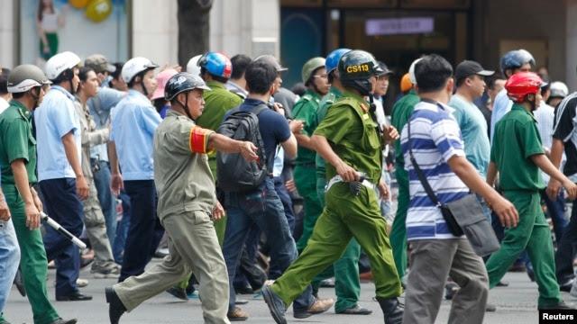 Công an và lực lượng dân phòng bao vây người biểu tình chống Trung Quốc tại TP HCM, ngày 18/5/2014.