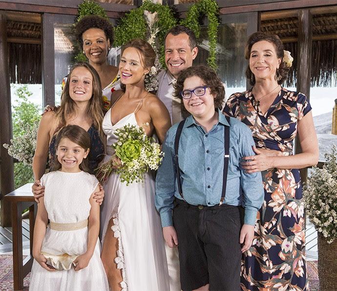 Tancinha posa em família após casamento com Apolo  (Foto: Felipe Monteiro/Gshow)