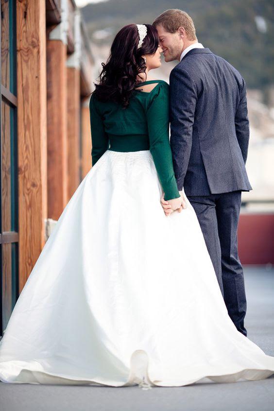 beschnitten emerald Strickjacke mit einem statement zurück, um den Kontrast Ihrer cremigen Kleid