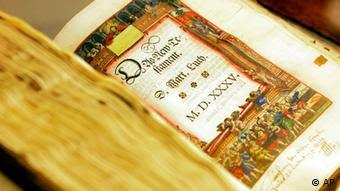 Deutschland Das Deutsche Historische Museum Bibel von Martin Luther (AP)