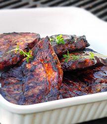 Cotelettes de porc marinés.