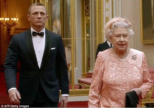 """Smith disse que não iria descrever a si mesmo como um monarquista ( 'Eu gosto de como bizarra e interessante que eles são'), mas admitiu que uma vez trabalhando em The Crown, ele encontrou-se sentindo """"mais carinhoso para com eles '"""