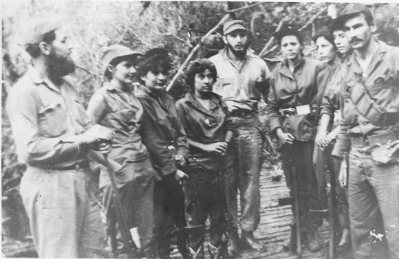 Fidel Castro junto a un grupo de las integrantes del pelotón femenino Mariana Grajales: Celia Sánchez Manduley, Teté Puebla, Idalmis Tamayo en el Primer Frente Oriental José Martí, en la Sierra Maestra. Foto: Instituto de Historia / Sitio Fidel Soldado de las Ideas