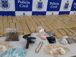 Foram apreendidos 80kg de maconha, dinhiero, arma, balaças de precisão e motocicleta (Foto: Divulgação / Polícia Civil)
