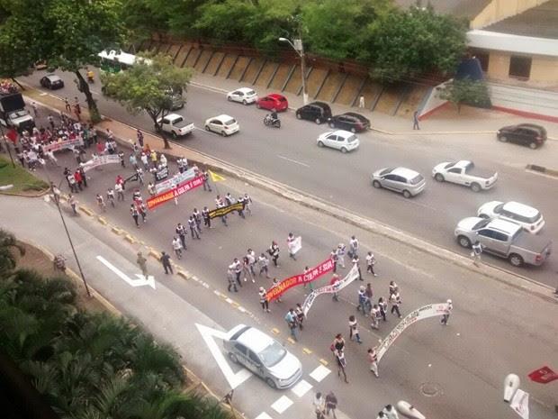 Manifestantes interromperam o trânsito em uma das pistas da avenida Salgado Filho durante o protesto  (Foto: Fred Carvalho/G1)