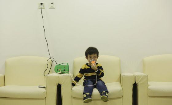 Hanhan, de tres años, es tratada en un hospital de Pekín el 21 de diciembre, tres días después de que China decretase su tercera alerta roja por contaminación.