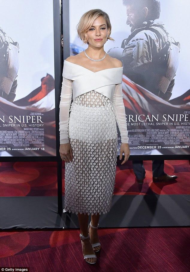 Tüm beyaz Looking: Pazartesi akşamı, Sienna Amerikan Sniper galasında, bir dik elbise ve sandalet kafa-ayak beyaz son derece şık bir figür