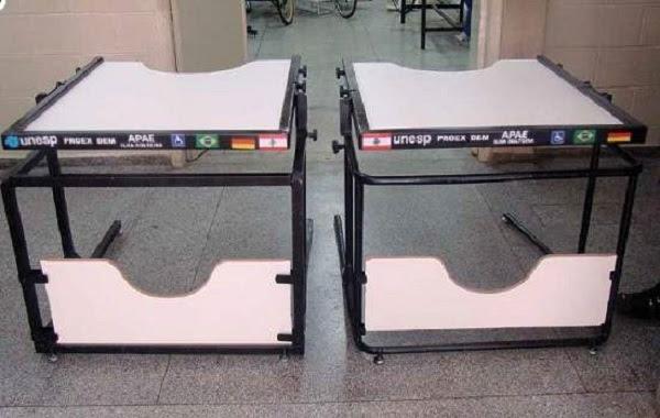 Dois modelos de mesas para cadeirantes: tampo inclinável é uma das vantagens do móvel ergonômico.[Imagem: UNESP]